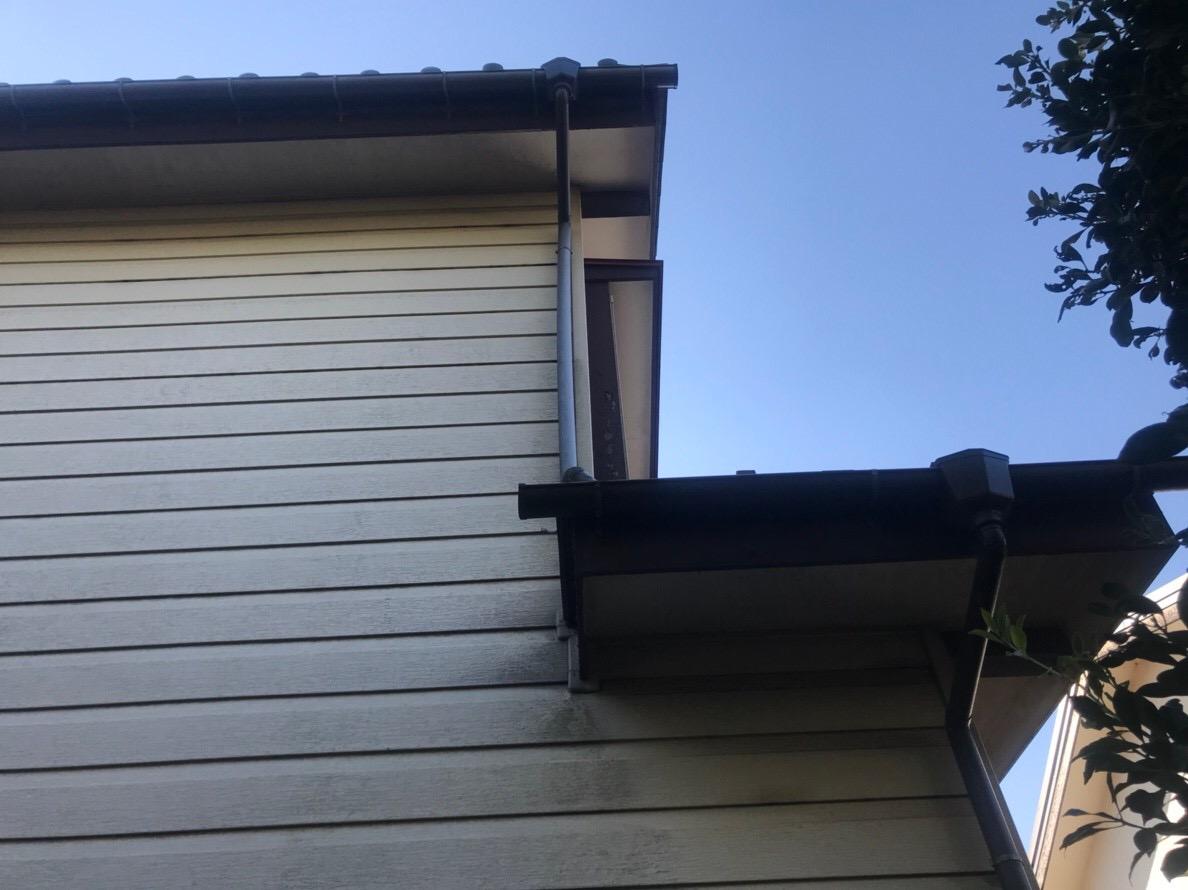 火災保険申請で雨樋無料修理前の歪んだ縦樋