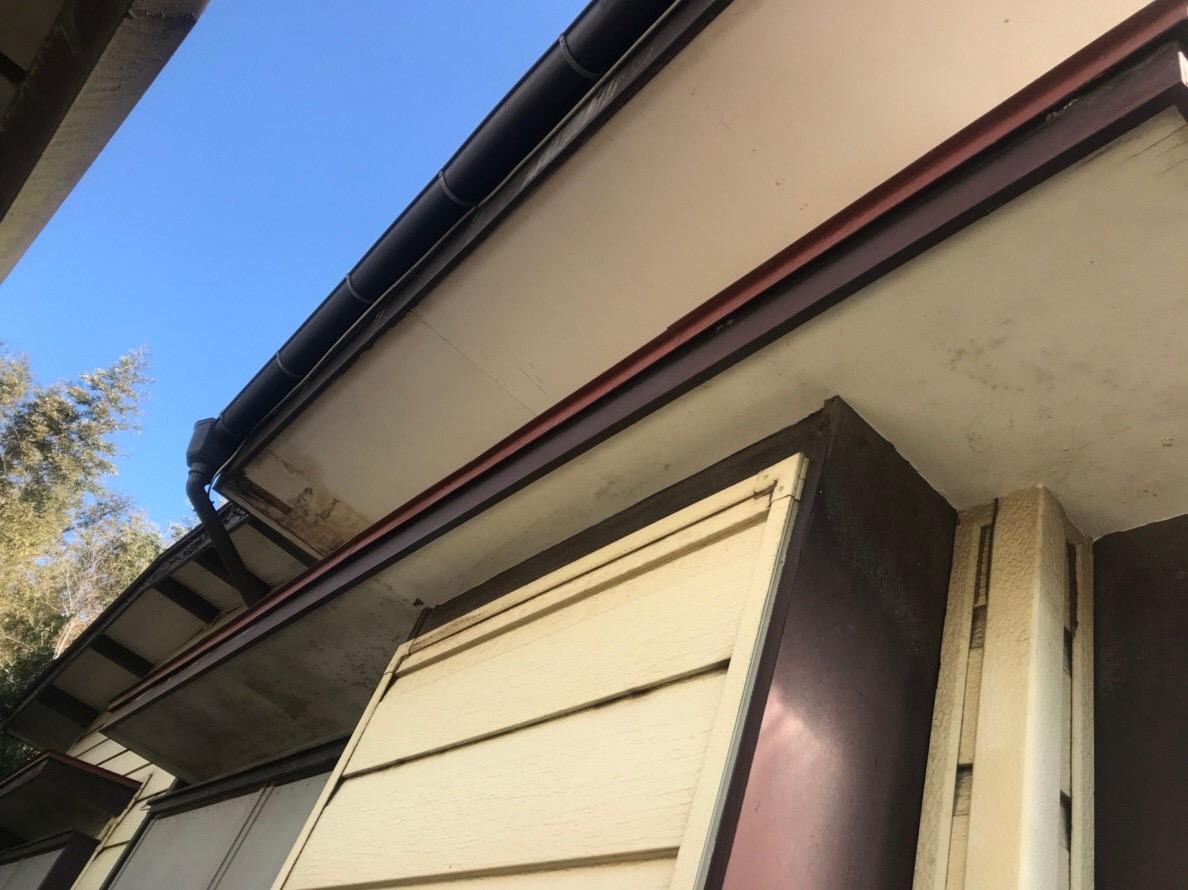 火災保険申請で雨樋無料修理前の歪んだ横樋