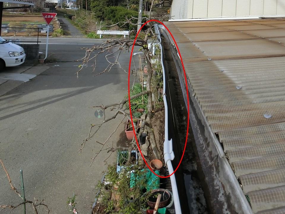 埼玉県比企郡で雨どい歪み&波板破損&ひび割れ!