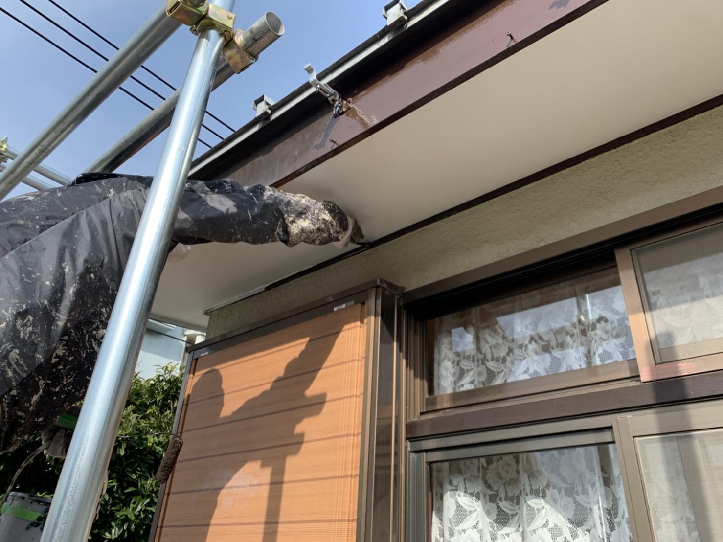 埼玉県越谷市にて軒天井およびシャッター塗装を完工!