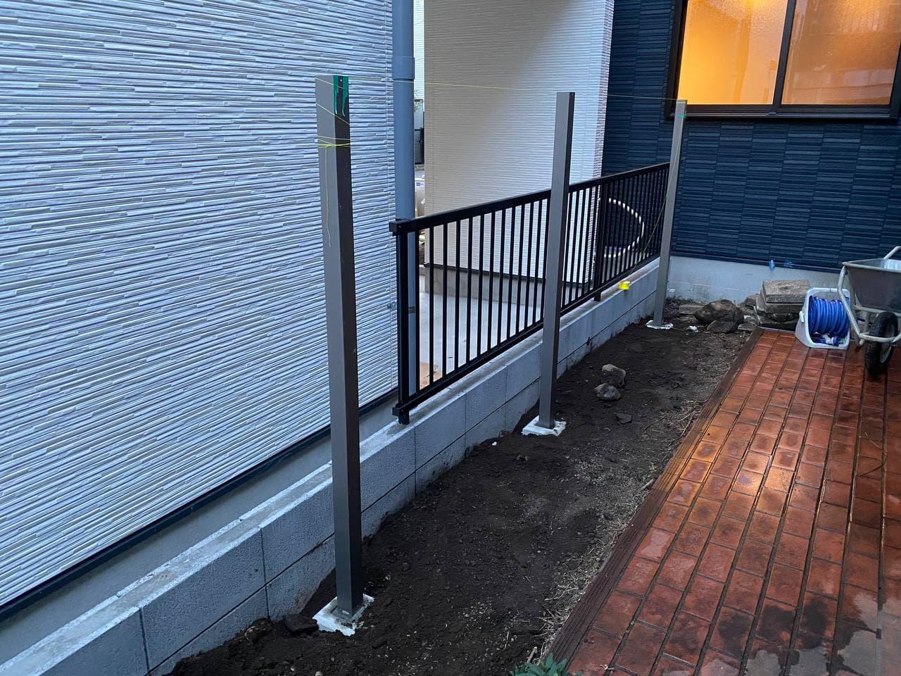 東京都新宿区にて境界フェンス解体新設工事