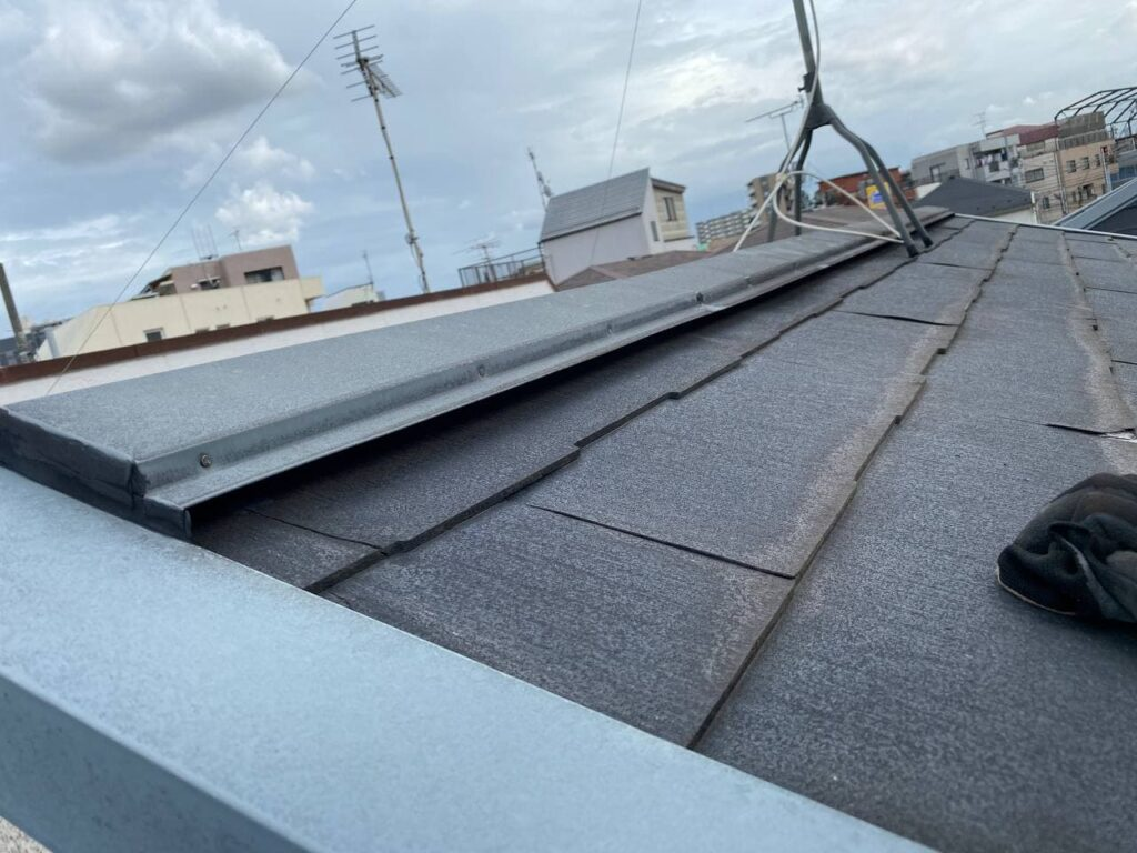 塗装が困難な屋根材!調布市で屋根重ね葺き工事